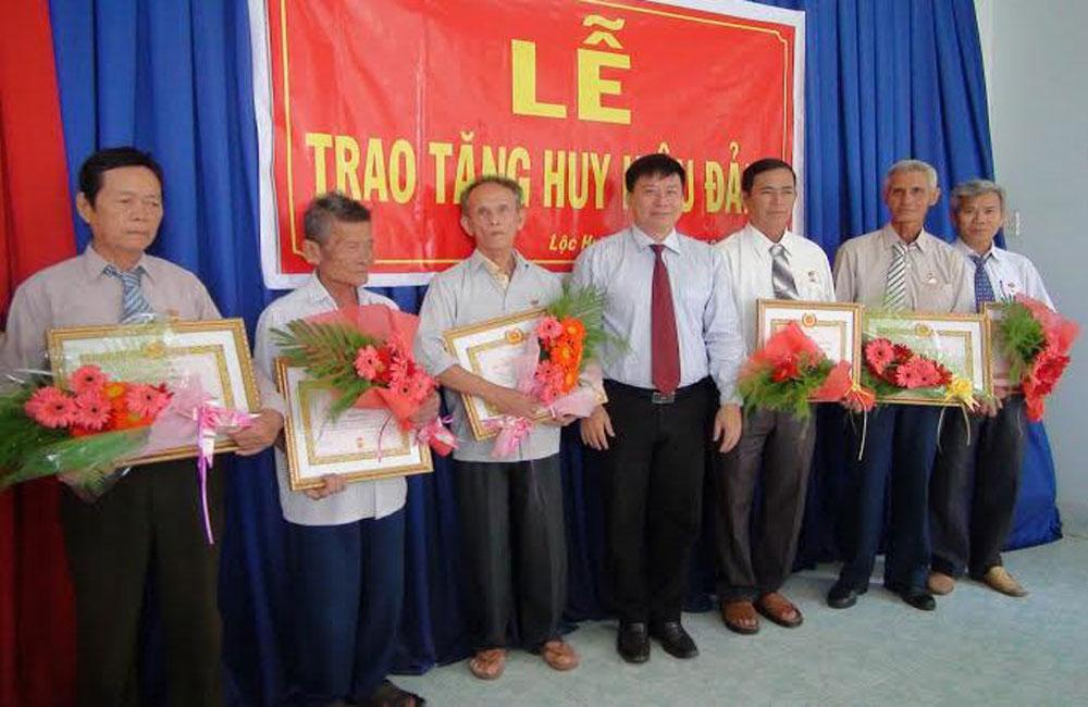 Lạng Giang trao huy hiệu đảng